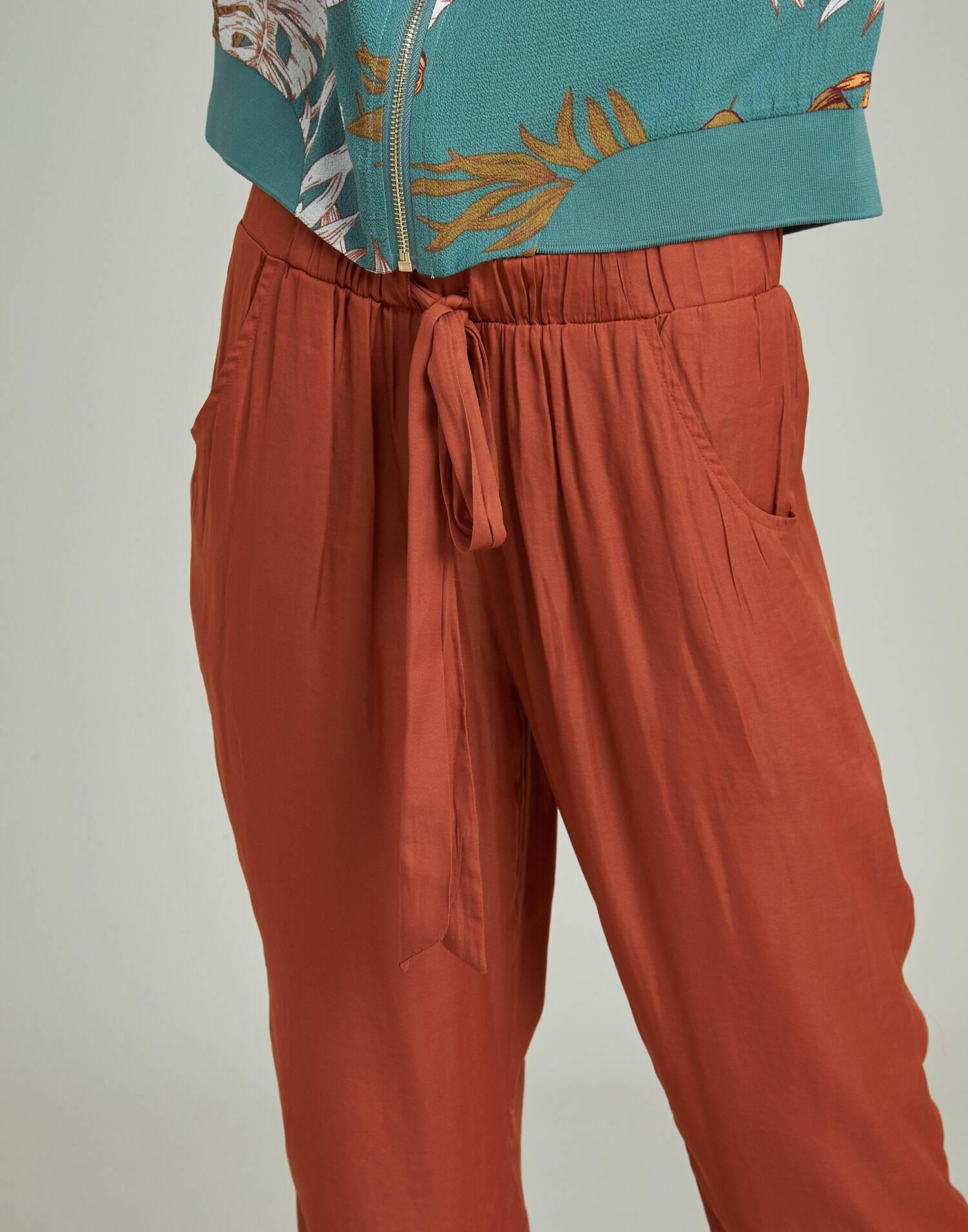 Pantalón tobillero con bajo vuelto