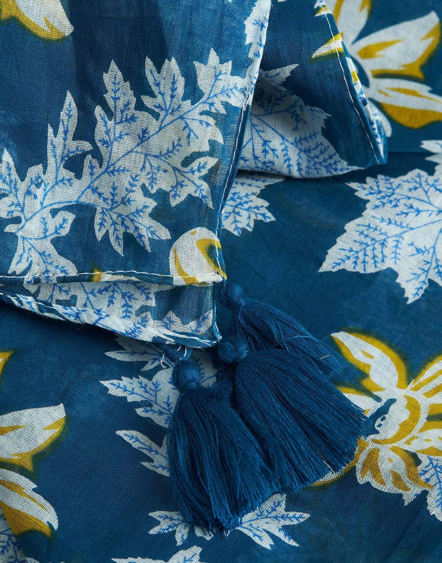 Fular print hojas pompones